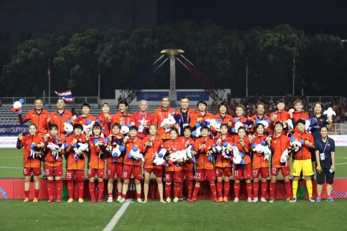 <p> Đội trưởng tuyển Việt Nam chân trần, quần xắn quá đầu gối giơ huy chương ăn mừng trong phút nhận giải.</p>