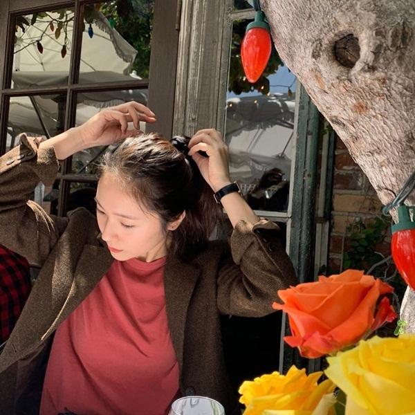 Krystal thể hiện sức hút chỉ qua góc nghiêng khi buộc tóc.