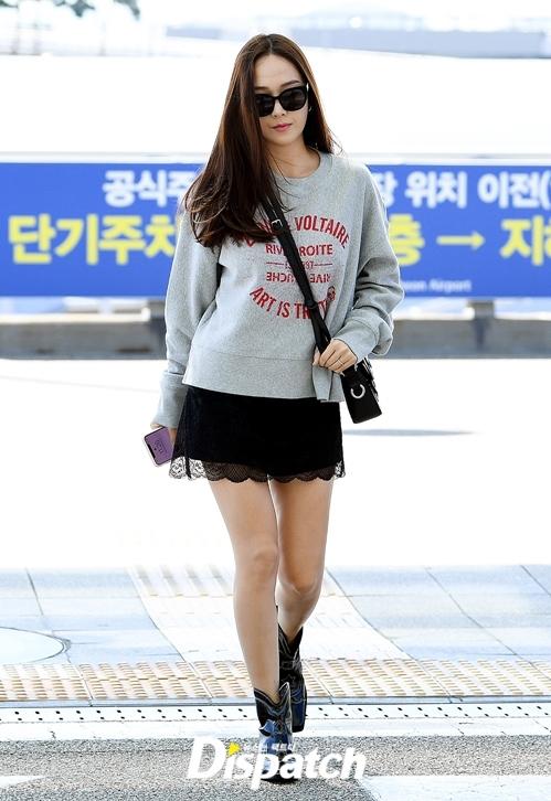 Jessica diện boots cao bồi hầm hố, tuy nhiên chỉ cao đến cổ chân thay vì cao ngang bắp chân như Hyuna hay Joy.