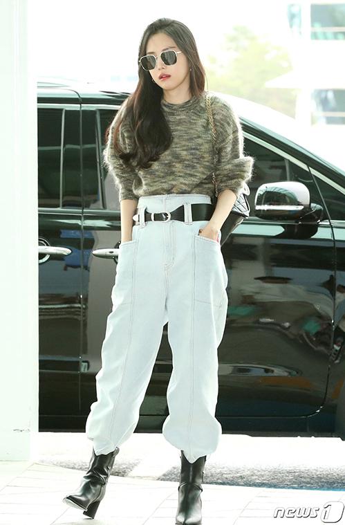 Na Eun cũng chọn boots cổ ngắn đi bên ngoài quần jeans, tạo nên hình ảnh rất năng động và cá tính.