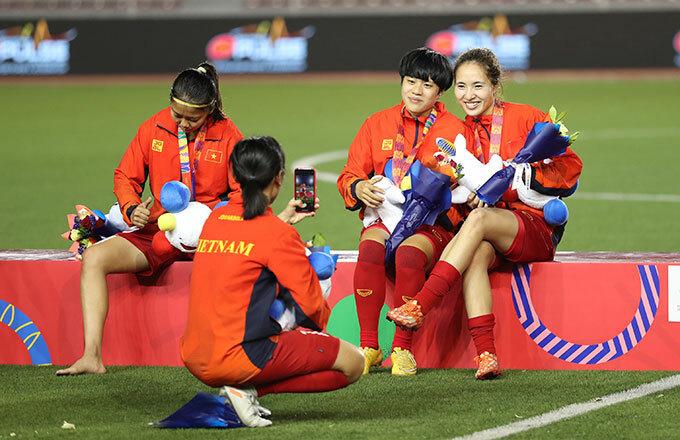 <p> Huỳnh Như (trái) không thể ra chào khán giả, cô ngồi trên bục.</p>