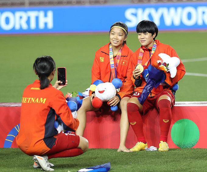 <p> Dù chân đau, Huỳnh Như vẫn nở nụ cười chụp hình cùng đồng đội.</p>
