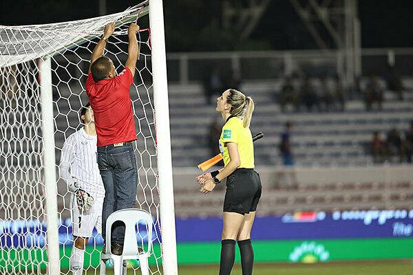 Với mái tóc vàng và gương mặt khả ái, bóng hồng tại trận chung kết bóng đá nữ SEA Games 30 thu hút sự chú ý của người hâm mộ.Ngay trước giờ G, khoảnh khắc cô cùng nhân viên BTC buộc lại góc lưới rách của tuyển Thái Lan được chia sẻ rần rần.