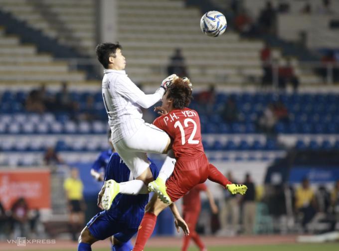 <p> Phạm Hải Yến bị thủ môn của Thái Lan phạm lỗi trong vòng cấm.</p>