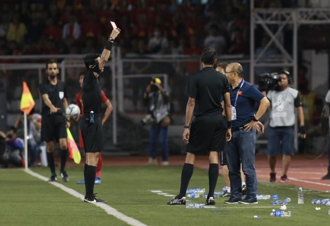 <p> Tình huống đến từ sau bàn thắng của Đoàn Văn Hậu, các cầu thủ Indonesia căng thẳng dẫn đến phạm lỗi ác ý với cầu thủ Việt Nam. Trọng tài chính của trận đấu không thổi phạt khiến HLV Park bức xúc.</p>