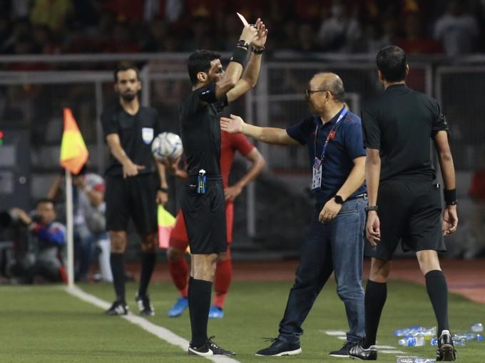 <p> Trước đó, ở trận đấu với Campuchia, HLV Park đã nhận một thẻ vàng vì lỗi phản ứng. Sau đó, ông Park giải thích rằng ở trong nhiều trường hợp đây là cách ông phải bảo vệ học trò của mình.</p> <p> </p>