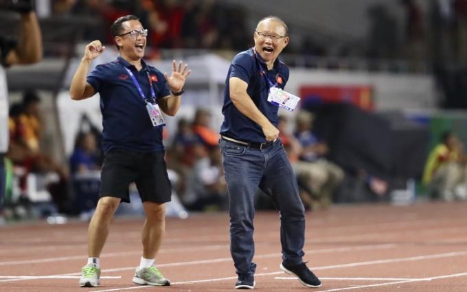 <p> Vừa ăn mừng sau cú đá bồi thành bàn của Văn Hậu ở phút thứ 73, HLV Park Hang-seo bất ngờ nhận án phạt nặng nhất từ trọng tài chính của trận đấu - chiếc thẻ đỏ.</p>