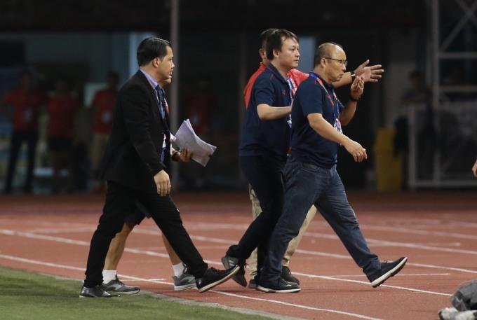 <p> Ông Park bị truất quyền chỉ đạo ở 15 phút cuối của trận đấu. Ông rời khu vực chỉ đạo trong sự khó chịu.</p>