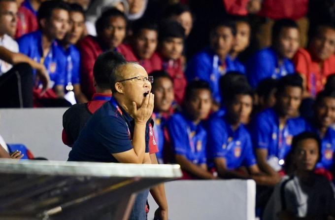 <p> Trước khi rời đi, ông Park truyền đạt một số thông tin cho trợ lý Lee và lên khán đài ngồi theo dõi những phút còn lại của trận đấu.</p>