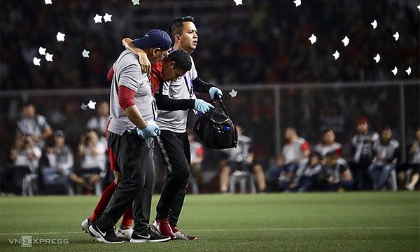 Tiền vệ Dimas phải nhờ hai trợ lý dìu ra khỏi sân, anh không thể thi đấu tiếp sau pha va chạm với Văn Hậu. Ảnh: Đức Đồng.