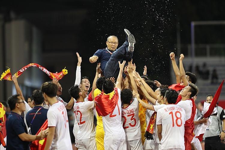 Học trò tung HLV Park lên ăn mừng. Ảnh: Đức Đồng.