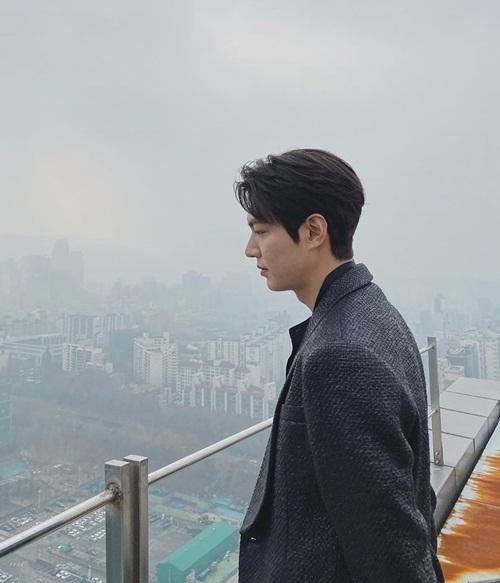 Lee Min Ho khoe góc nghiêng bảnh bao giữa màn sương mù.