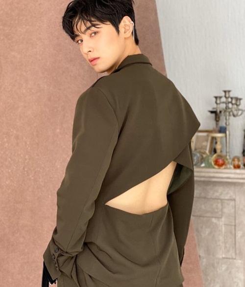 Cha Eun Woo khoe chiếc áo khoét lưng