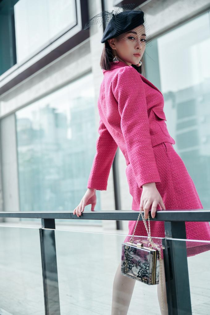 <p> Nữ diễn viên phối đồ phong cách cổ điển với những items mang đậm hơi thở hiện đại như túi xách trong suốt, khuyên tai ánh bạc to bản.</p>