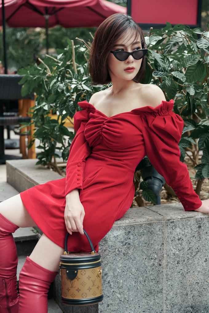 """<p> Cô kết hợp túi """"cặp lồng"""" LV Cannes và kính mắt Miu Miu hoàn thiện tổng thể sang chảnh.</p>"""