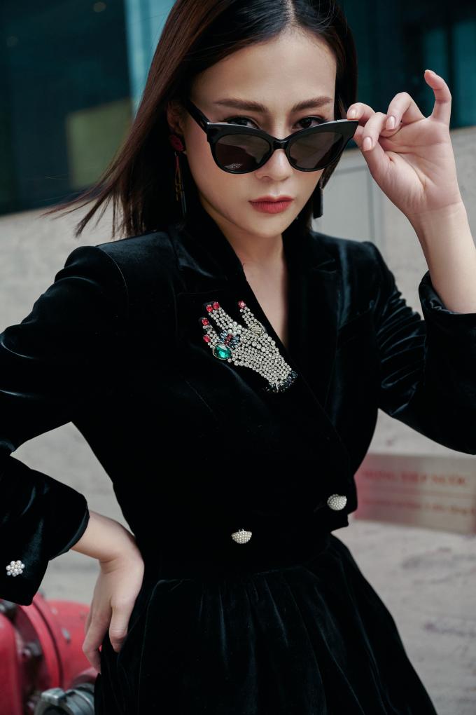 <p> Nhung là chất liệu quen thuộc trong những bộ sưu tập thời trang mùa đông. Tuy nhiên, mặc đồ nhung như thế nào để không bị già và trở nên sành điệu thì không phải ai cũng biết cách.</p>