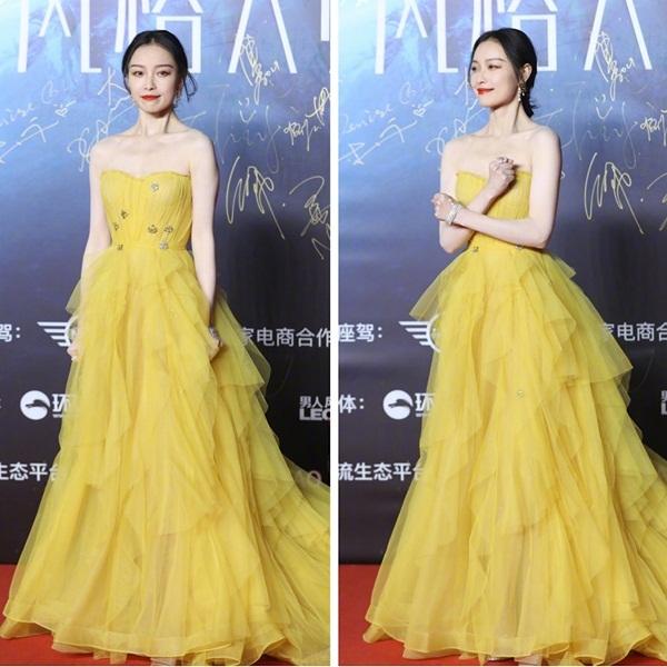 Tối 10/12, Nghê Ni xuất hiện rực rỡ trên thảm đỏ một lễ trao giải thời trang với bộ đầm vàng cúp ngực quyến rũ. Nữ diễn viên lộ biểu cảm hài hước khi nắm chặt tay, gồng mình chịu đựng cái lạnh 0 độ ở Bắc Kinh.