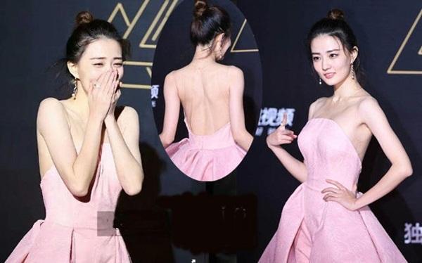 Chiếc váy khiến Từ Lộ trông chẳng khác gì không mặc áo đi giữa trời lạnh. Nữ diễn viên vẫn rất chuyên nghiệp khi chụp ảnh, sau đó mới vội ôm mặt xuýt xoa.