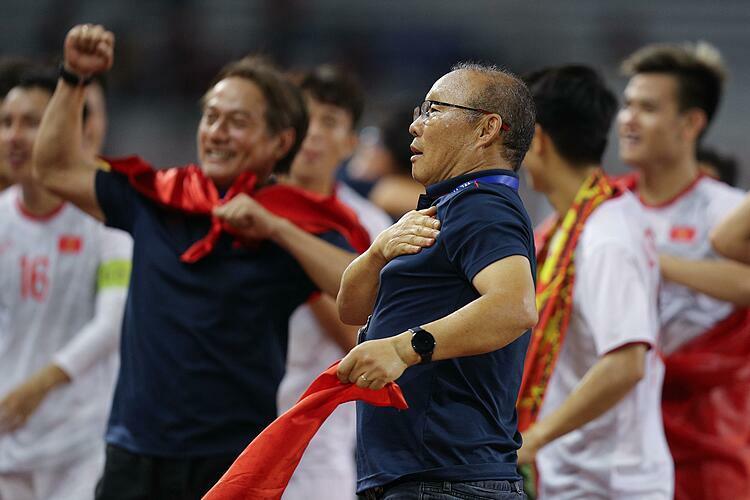 Ông Park Hang-seo đặt tay lên ngực trái ăn mừng. Ảnh: Giang Huy.