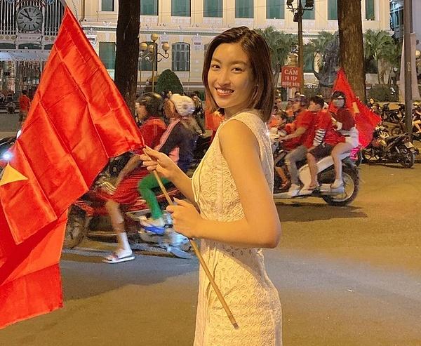 Đỗ Mỹ Linh theo dõi diễn biến trận chung kết môn bóng đá nam SEA Games 30 qua tivi. Sau trận đấu, cô mặc đơn giản, ra đường ăn mừng chiến thắng của thầy trò Park Hang-seo.