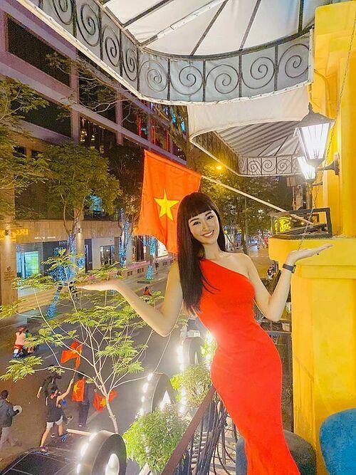 Top 10 Hoa hậu Hoàn vũ Việt Nam Phạm Anh Thư dành tình yêu cho bộ môn túc cầu. Cô cho biếtchọn đầm gam màu đỏ để thể hiện tình yêu dân tộcvà sự tự hào với thành tích vang dộicủa các cầu thủ.