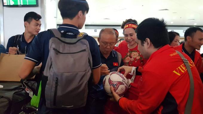 <p> Ông Park thoải mái ký tặng người hâm mộ.</p>