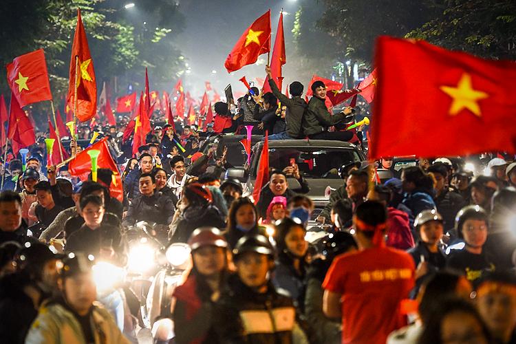 Báo Mỹ ấn tượng với màu cờ sắc áo của fan Việt