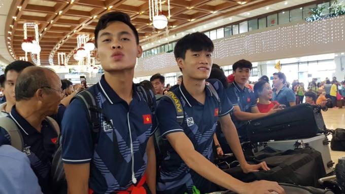<p> Các cầu thủ được đông đảo người hâm mộ chào đón, vây quanh ở sân bay.</p>