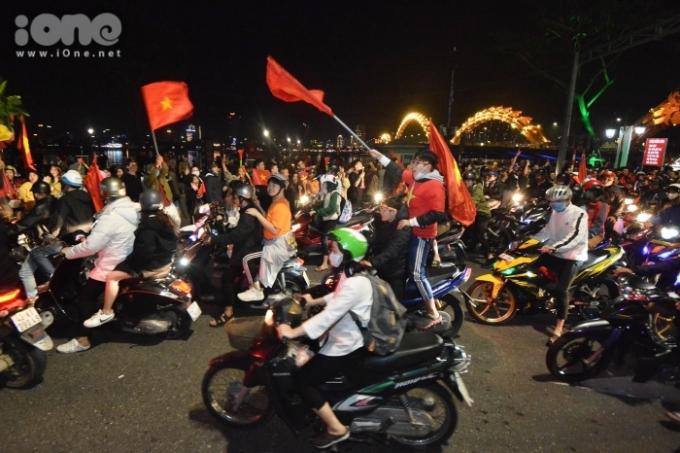 <p> Tối 10/12, sau tiếng còi kết thúc trận đấu chung kết giữa U22 Việt Nam - U22 Indonesia, nhiều ngả đường ở TP Đà Nẵng đặc kín người dân và xe cộ. Nhiều bạn trẻ đổ về khu vực cầu Rồng tạo nên quang cảnh lễ hội náo nhiệt ở thành phố biển.</p>
