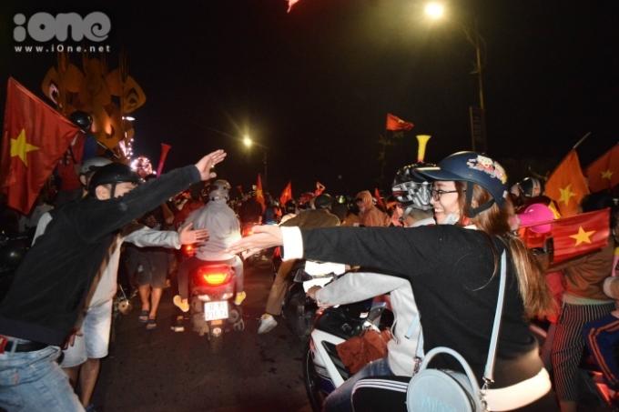 <p> Tại khu vực giao nhau của sáu trục đường chính ở bờ Tây cầu Rồng, hàng trăm bạn trẻ tập trung hò reo và đập tay với những người đi đường.</p>