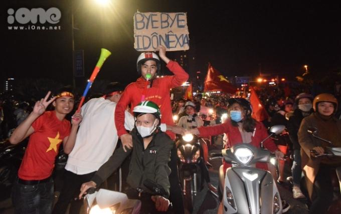 """<p> Nhiều CĐV còn mang theo khẩu hiệu """"Tạm biệt Indonesia"""" hay """"Thái Lan ơi, xưa rồi""""... Họ hô vang """"Việt Nam vô địch"""".</p>"""