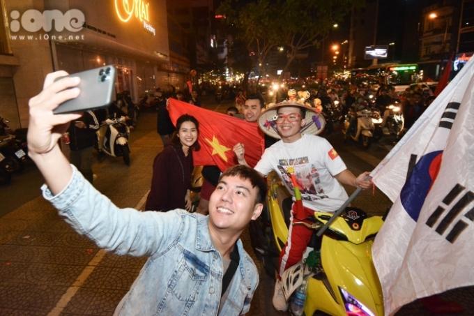 <p> Dọc các tuyến phố lớn như Điện Biên Phủ, Lê Duẩn, Nguyễn Văn Linh..., dòng người hò reo như mở hội.</p>