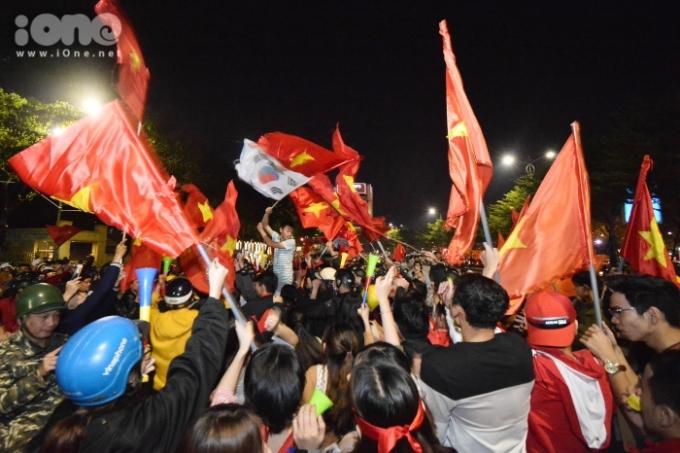 """<p> Người hâm mộ """"đi bão"""" với cờ đỏ sao vàng tung bay, kèn, trống đủ loại để hòa vào không khí tưng bừng trên cả nước.</p>"""
