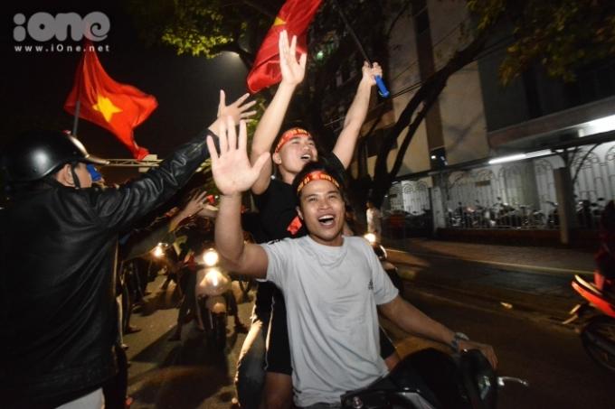 <p> Đám đông đổ ra đường mừng chiến thắng của đội tuyển Quốc gia kéo dài đến khoảng 12 giờ đêm.</p>