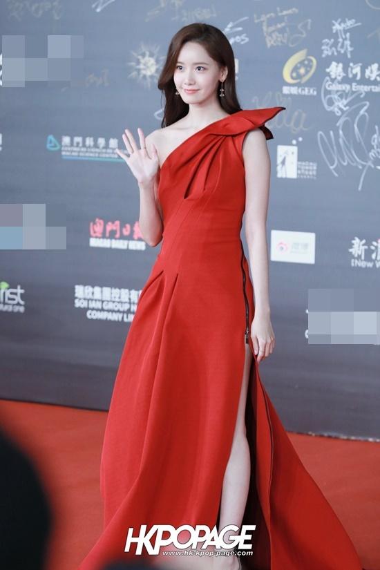Tối 10/12, Yoona tham dự sự kiện International Film Festival & Awards (IFFAM) ở Macao. Nữ ca sĩ, diễn viên người Hàn chiếm spotlight nhờ chiếc váy đỏ sẻ cao gợi cảm, nhan sắc rạng rỡ như nữ thần.