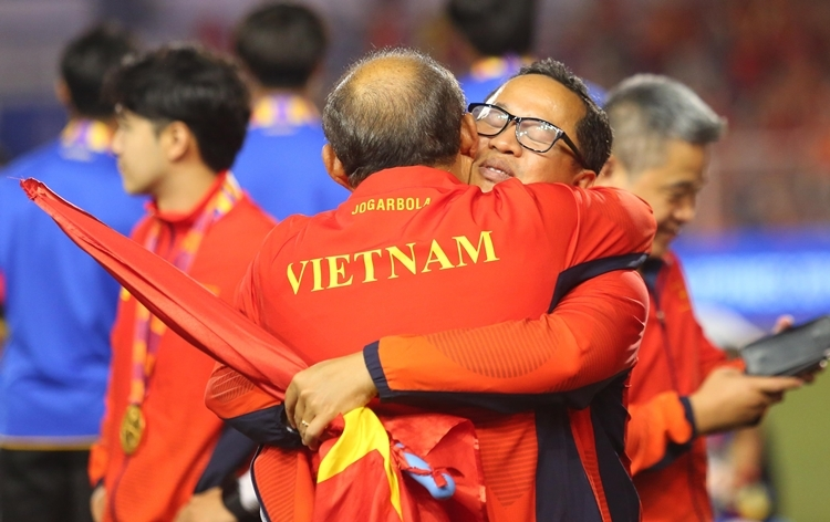 Không chỉ với học trò, những thành viên trong Ban huấn luyện, các trợ lý cũng được ông Park dành tình cảm ấm áp trên sân.