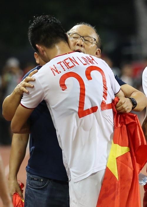 Thầy Park ôm tiến Linh thủ thỉ. Anh là một trong những cầu thủ xuất sắc nhất tuyển Việt Nam ở giải đấu với sáu bàn thắng.
