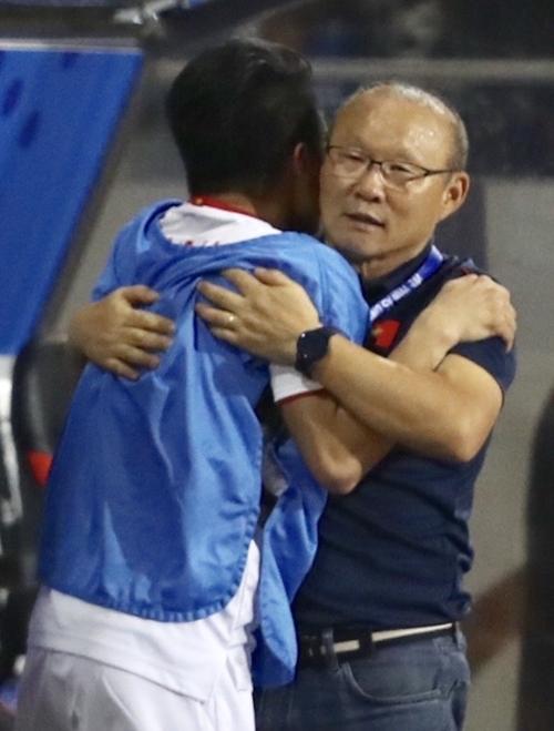 Vị HLV người Hàn Quốc ôm chặt Quang Hải trong thời khắc chạm đến giấc mơ Vàng SEA Games.