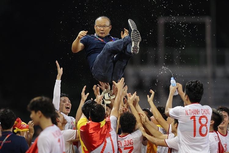 Các học trò cũng dành cho người thầy, vị thuyền trưởng của đội tuyển bóng đá quốc gia tình cảm đặc biệt. Hùng Dũng, Tiến Linh chia sẻ sau HC Vàng rằng, chiến thắng này có sự đóng góp lớn về tầm nhìn của HLV người Hàn Quốc.