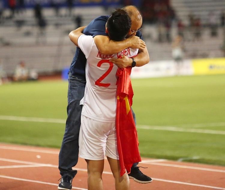 Từ khi nhận nhiệm vụ HLV trưởng tuyển Việt Nam, HLV Park nổi tiếng là người cưng học trò, sẵn sàng tỏ thái độ để bênh vực. Sau mỗi trận đấu, dù cầu thủ có mắc sai lầm nhưng ông không trách móc mà còn động viên. Ông nhận lỗi về mình trước. Ở trận chung kết đối đầu U22 Indonesia ở trận chung kết ngày 10/12, thầy Park phản ứng gắt với trọng tài để bảo vệ Trọng Hoàng. Kết quả, ông phải nhậnthẻ đỏ và rời ghế huấn luyện khoảng 15 phút cuối hiệp hai.