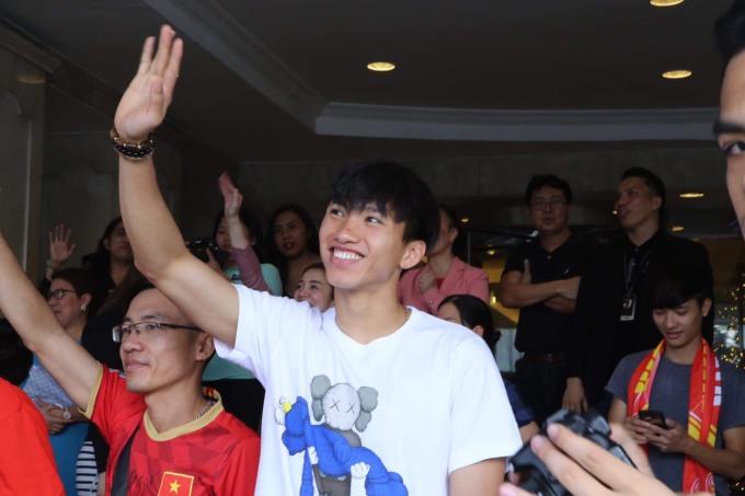 <p> Văn Hậu đứng trước khách sạn vẫy tay tiễn các đồng đội ra sân bay về Việt Nam.</p>