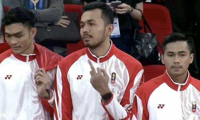 Ngôi sao bóng chuyền Indonesia bị chỉ trích vì giơ ''ngón tay thối''