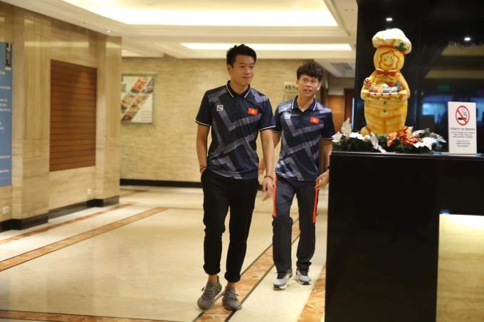 <p> Thành Chung là cầu thủ đầu tiên xuống dưới sảnh khách sạn. Trung vệ của CLB Hà Nội ghi bàn thắng gỡ hòa trong trận đấu với Indonesia tại vòng bảng.</p>