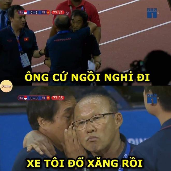 <p> Sau khi trao đổi vấn đề chuyên môn với trợ lý Lee Young Jin, ông Park lên vị trí khán đài tiếp tục theo dõi trận đấu. Và đây là cuộc đối thoại giữa hai người đàn ông...</p>