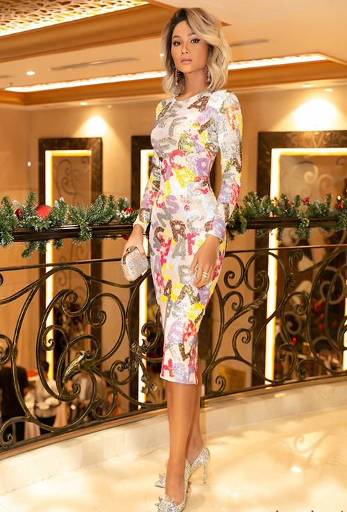 HHen Niê và stylist luôn mang đến những diện mạo mới mẻ mỗi lần xuất hiện. Trong buổi họp báo công bố, đồng thời trao lại sash tham dự Miss Universe 2019 cho Hoàng Thùy, HHen Niê diện chiếc váy ôm đơn giản nhưng giúp cô tôn lên nhan sắc ngày một thăng hoa. Người đẹp để tóc khói lạ mắt, đi đôi giày Lọ lem giá đến 120 triệu đồng - một trong những thiết kế đắt đỏ nhất mà cô sở hữu.