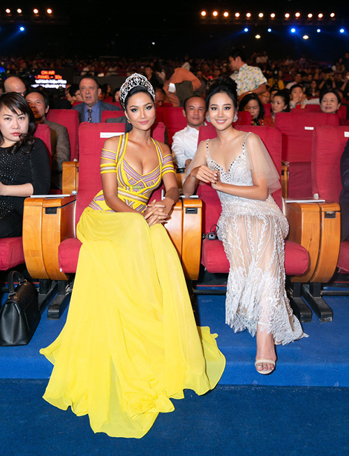 Trong chung kết Hoa hậu Hoàn vũ Việt nam 2019, cũng là ngày cuối nhiệm kỳ của HHen Niê, cô diện bộ váy vàng do NTK Công Trí thực hiện riêng. Màu vàng được xem là một biểu tượng của HHen Niê. Chi tiết xẻ ngực sâu giúp cô tôn lên vòng một.