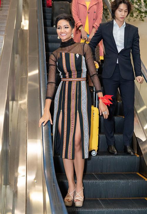 Ngày rời Thái Lan về nước sau Miss Universe với danh hiệu top 5 chung cuộc, HHen Niê cũng không là lượt váy áo. Cô chọn một bộ váy từng được mặc trong cuộc thi, với chất liệu vải dệt thổ cẩm đặc trưng của người Ê đê. Trong suốt hai năm nhiệm kỳ, Hoa hậu rất nhiều lần lăng xê những bộ trang phục pha trộn nét truyền thống và hiện đại đầy ấn tượng.