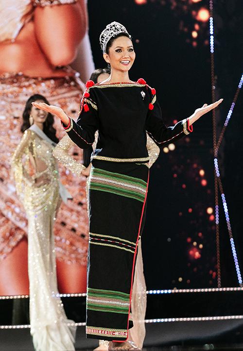 Tuy nhiên trong giây phút quan trọng nhất là chuyển giao vương miện trên sân khấu, HHen Niê lại không ăn vận váy áo lộng lẫy. Cô bước ra trên đôi chân trần, giản dị với bộ trang phục dân tộc Ê đê và mếu máo hát bài Cảm ơn để tri ân khán giả. Hình ảnh của Hoa hậu Hoàn vũ Việt Nam 2017 gây xúc động và được xem là một trong những giây phút đẹp nhất của HHen Niê suốt 2 năm nhiệm kỳ.