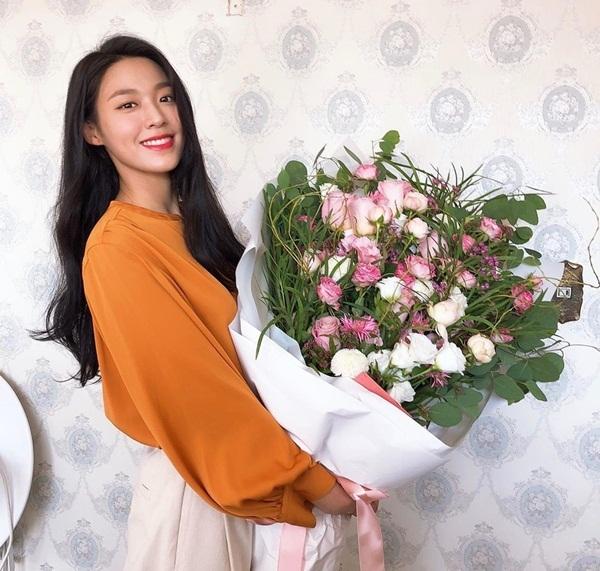 Seol Hyun rạng rỡ ôm bó hoa hồng siêu to.