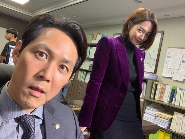 Shin Min Ah và Lee Jung Jae thể hiện mặt hài hước trong hậu trường Chief of Staff, khác hẳn vẻ sắc sảo trên phim.
